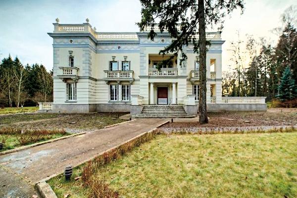 Коттедж знаменитости построен в классическом стиле