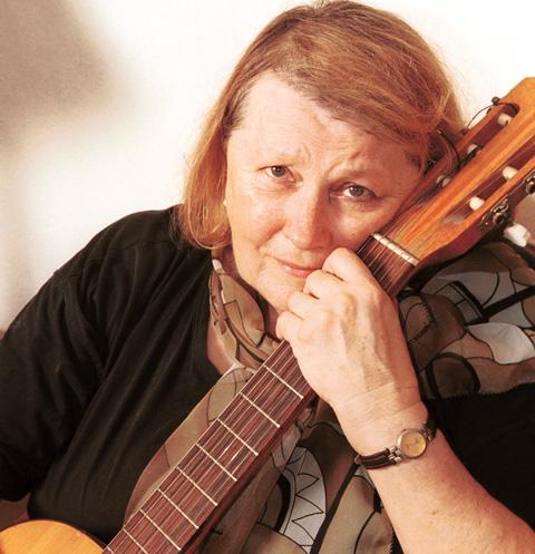 Людмила Ивановна с юности поет и играет на гитаре. У нее даже есть инструмент, на котором расписался сам Булат Окуджава