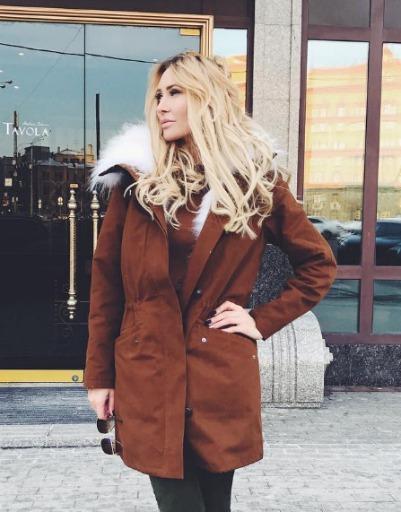 Элина Камирен во время шопинга на одной из главных улиц