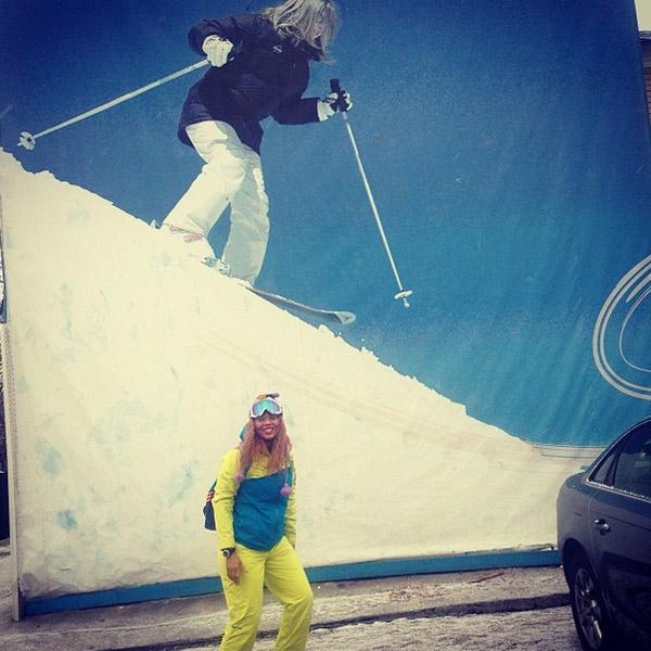 Корнелия Манго отправляется на занятие по сноуборду