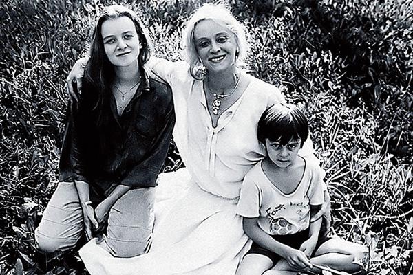 Анна и Александр Тереховы часто сопровождали свою знаменитую маму на съемках, середина 80-х