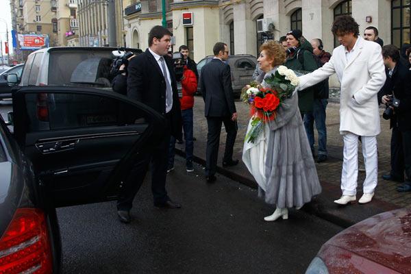 Новоиспеченным мужу и жене предстоит еще свадебный банкет в ресторане