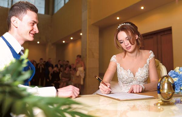 Расписавшись в свидетельстве, невеста не сдержала эмоций и расплакалась