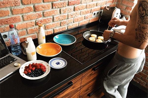 Мужчина с голым торсом проводит на кухне Алены Водонаевой уже не первое утро