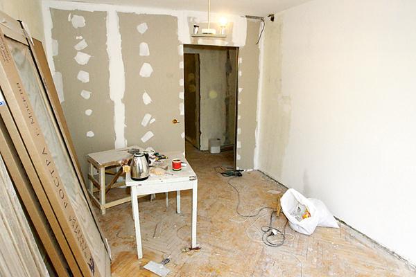 Благодаря перегородке из гипсокартона появилась еще одна изолированная комната