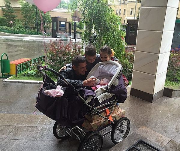 Счастливый папа Курбан Омаров на прогулке с детьми