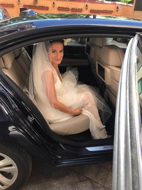 Невеста была одета в длинное белое платье с фатой
