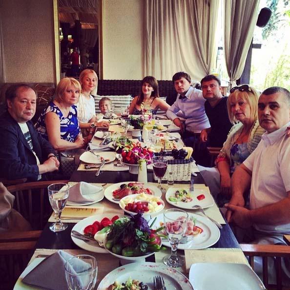 «Ждем гостей всей семьей», - подписала Лена фото.