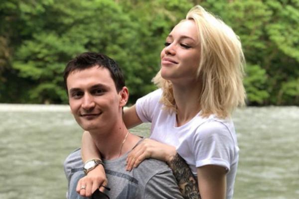 Андрей носит супругу на руках