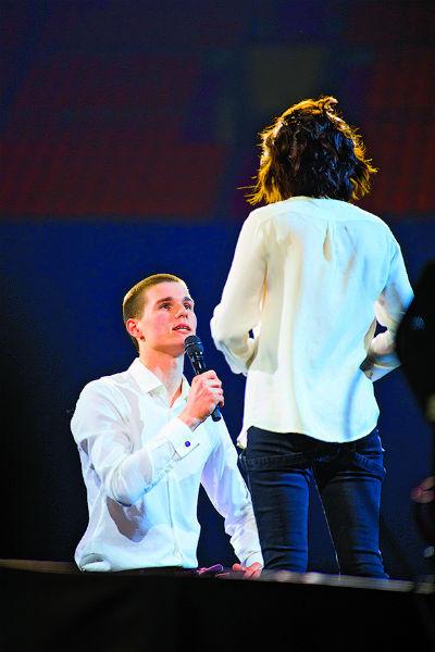 """На сцене Дмитрий услышал от любимой заветное """"да"""""""