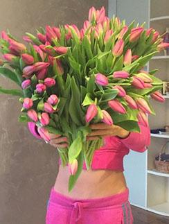 «Букет с ножками», - подписала Дарья Пынзарь фото с подарком от мужа.