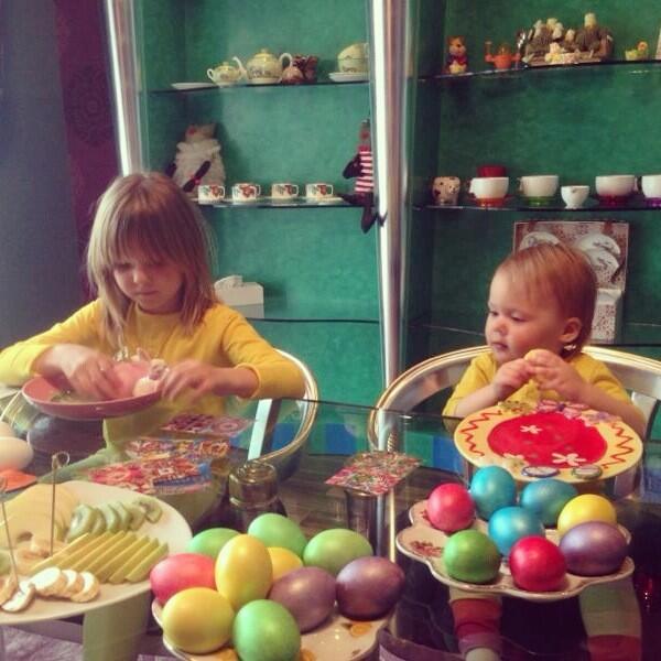 Дочери певицы Глюкозы готовятся к Пасхе