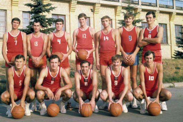 Сборная СССР образца 1972 года. Крайний справа в нижнем ряду – Сергей Белов, по книге которого снят фильм. Третий справа в верхнем ряду - легендарный баскетболист Александр Белов