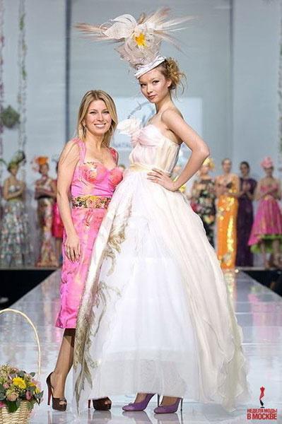 Как будет выглядеть свадебное платье Леры, можно пофантазировать, глядя на модели Натальи Валевской. Показ 2008 года