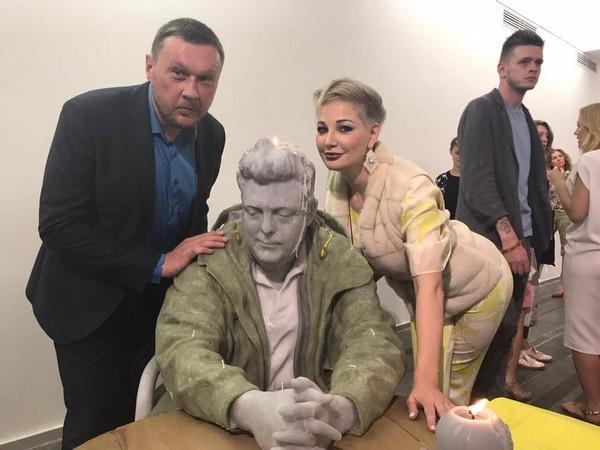 Константин Дорошенко и Мария Максакова оценили скульптуру Урса Фишера