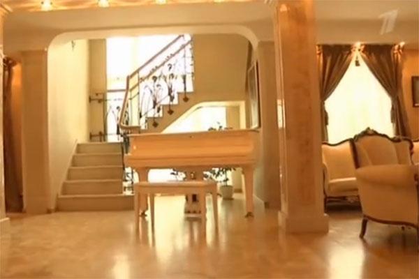 Игорь Корнелюк музицирует с друзьями за этим роялем