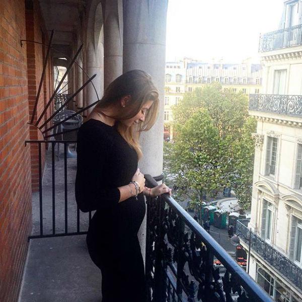 Беременная Галина на балконе с видом на Париж