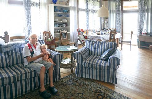 Лев Константинович за прошедший год стал дважды прадедушкой. На фото – с 10-месячным правнуком Тимофеем, второй, 8-месячный Георгий, с родителями в Москве