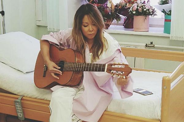 Анита Цой не хочет уезжать из больницы