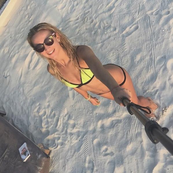 Ольга Бузова берет на отдых специальную палку для селфи