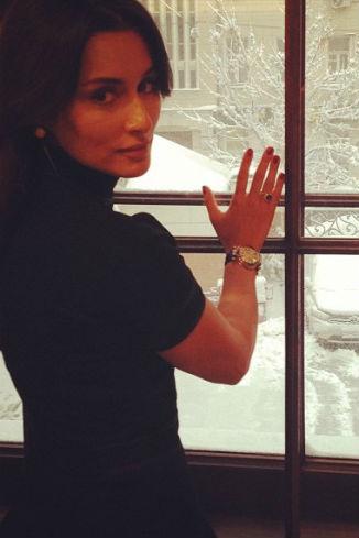 А вот Тина Канделаки предпочла любоваться зимой из окна