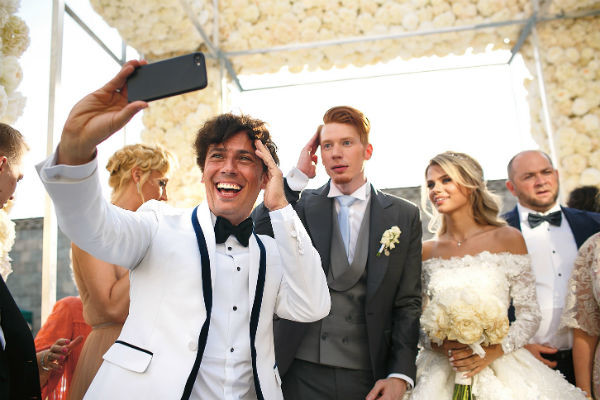 Гости и молодожены с удовольствием делали фото на фоне декораций