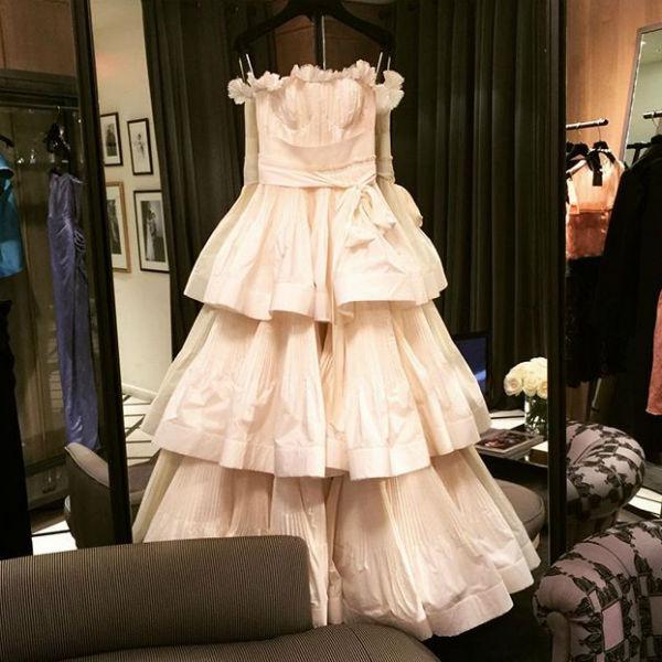Платье на фото напоминает свадебное