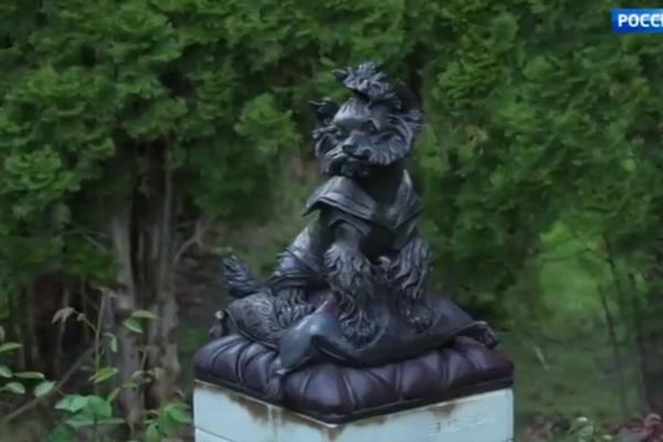 Во дворе стоит памятник любимой собаке Фрэнки