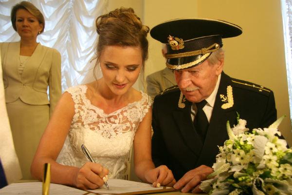 Актер дал понять, что в их семье решающее слово за Натальей и позволил ей первой оставить свою подпись