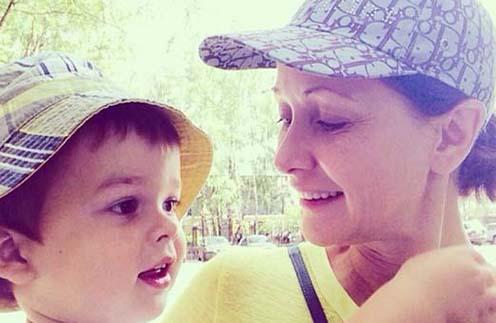 Ольга Кабо на прогулке с сыном Витей. Без макияжа, но все равно красивая!