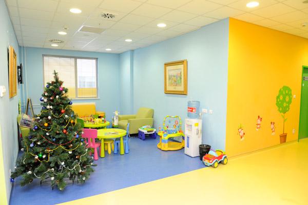 """В этой комнате маленькие пациенты клинического госпиталя """"Лапино"""" ждут приема врача"""