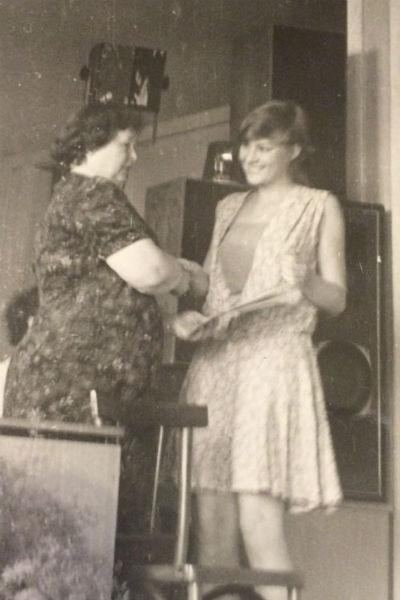 Литвинова на вручении аттестата по окончании 10 «А» класса, 1984 год