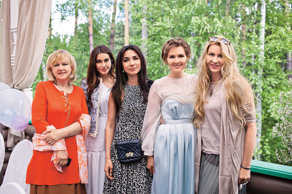 На фото (слева направо): мама Марии Маргарита, подруга семьи Нелли Магамадова, певица Зара, Мария Кожевникова, крестная малыша Ладлена Фетисова