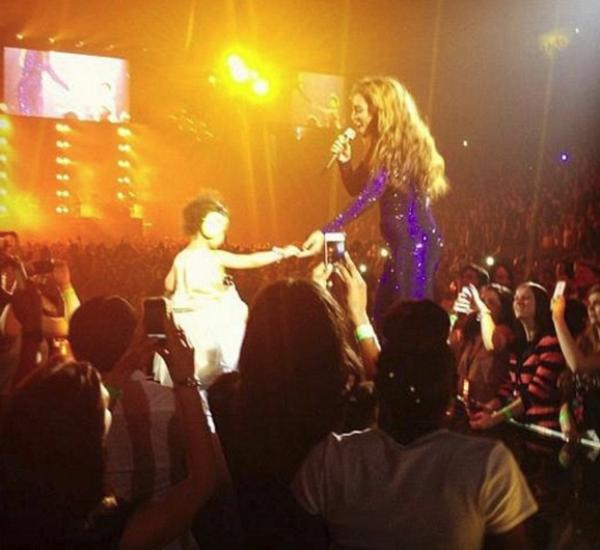Певица выводит свои дочку Блю Айви на сцену