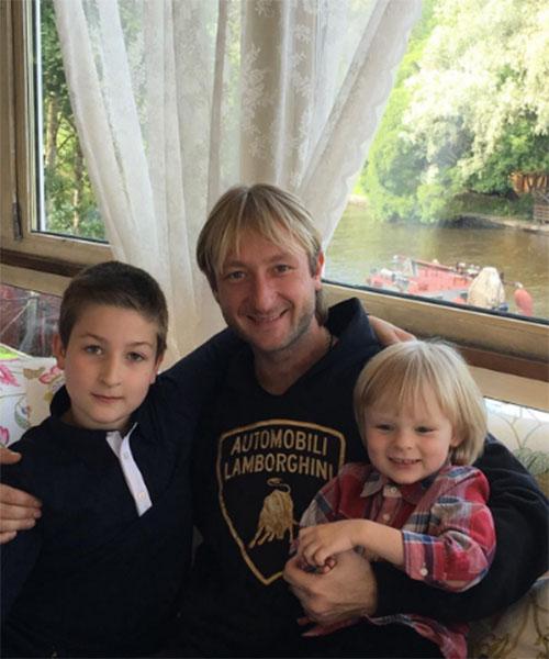 Евгений Плющенко отметил, что мама была бы счастлива видеть его вместе с двумя сыновьями Егором и Сашей