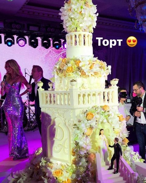 Роскошный торт в форме замка с фигурками Дмитрия и Анастасии
