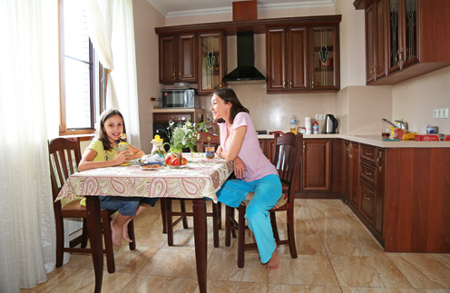Ольга старается, чтобы дочь Вероника правильно питалась: на завтрак – каша, на обед – обязательно суп и поменьше сладкого. Посуду актриса привезла из московской квартиры, чтобы чувствовать себя как дома