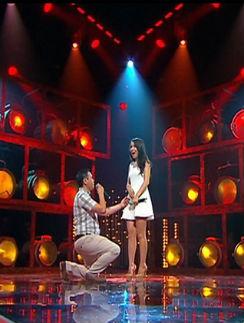 Парень сделал предложение своей девушке прямо на сцене
