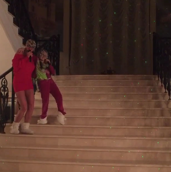 Анастасия и Ариша грациозно двигаются под музыку, перемещаясь по ступеням шикарной лестницы
