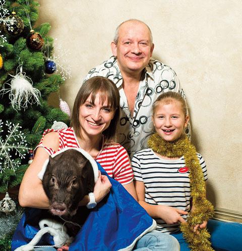 Дмитрий и Ксения с дочкой Анфисой и мини-пигом Авоськой в новогодней съемке специально для «СтарХита», декабрь 2016-го