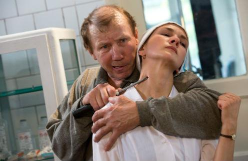 Главная героиня Алина страдает и морально, и физически