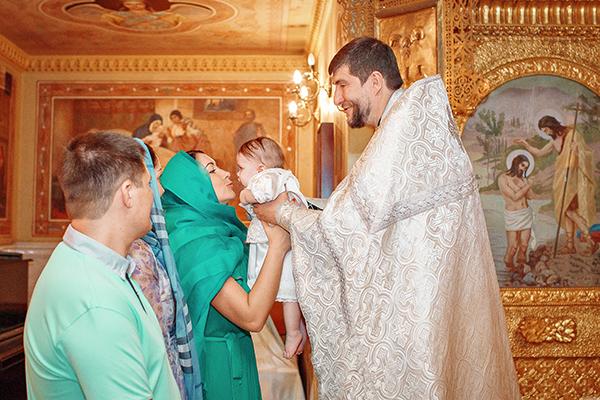 Роман и Лариса Павлюченко опасались, что маленькая Мила будет капризничать во время крещения, но девочка восприняла обряд на удивление спокойно.