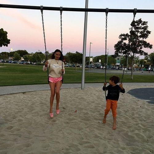 В данный момент Саша воспитывает троих детей в Лос-Анджелесе