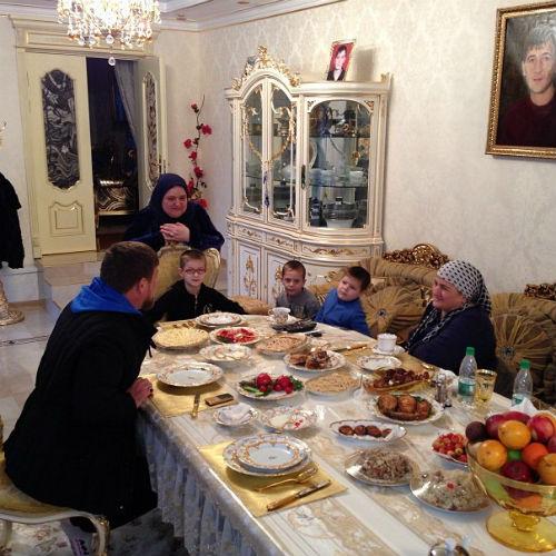 """""""У Мамы все всегда вкусно бывает"""", - подписал это фото Рамзан Кадыров"""
