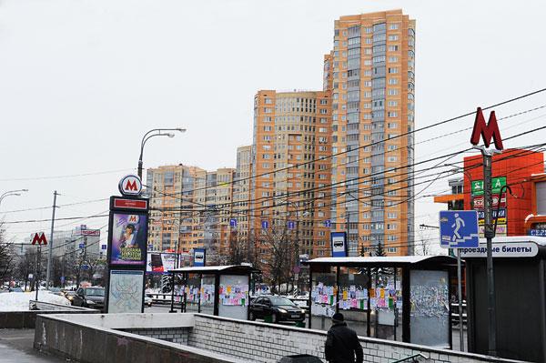 Квартира находится на пятом этаже этого дома, в трех минутах хотьбы от метро