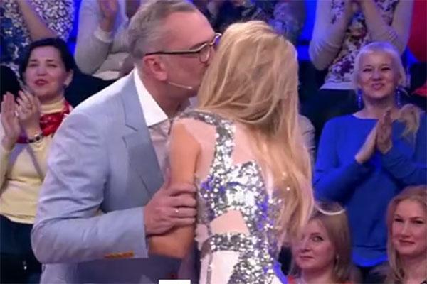 Первый поцелуй Веры Брежневой и Константина Меладзе на глазах у всей страны