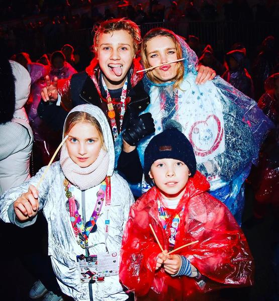 Наталья рядом с детьми выглядит их старшей сестрой