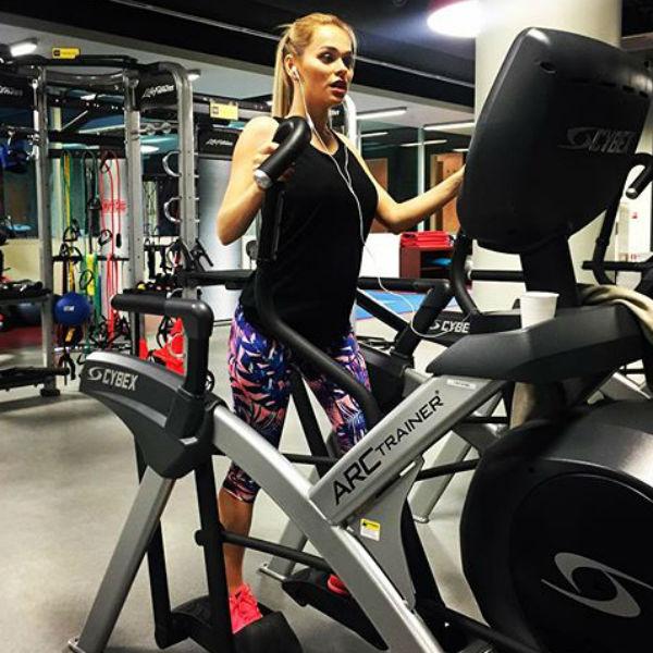 Артистка усиленно занимается с спортзале
