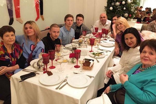 Иосиф собрал за праздничным столом самых любимых людей