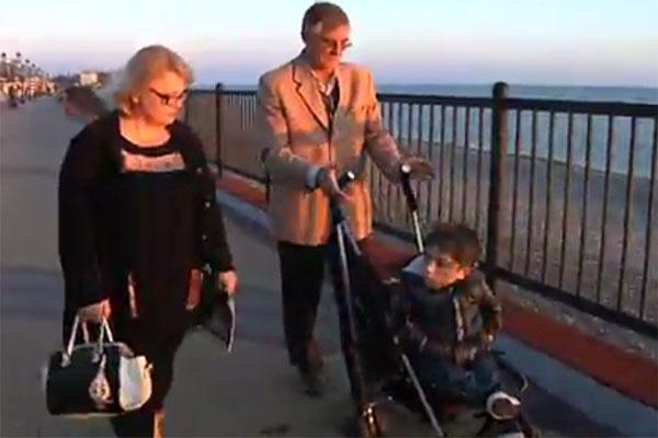 Данил Плужников с мамой и папой на прогулке в родном Сочи